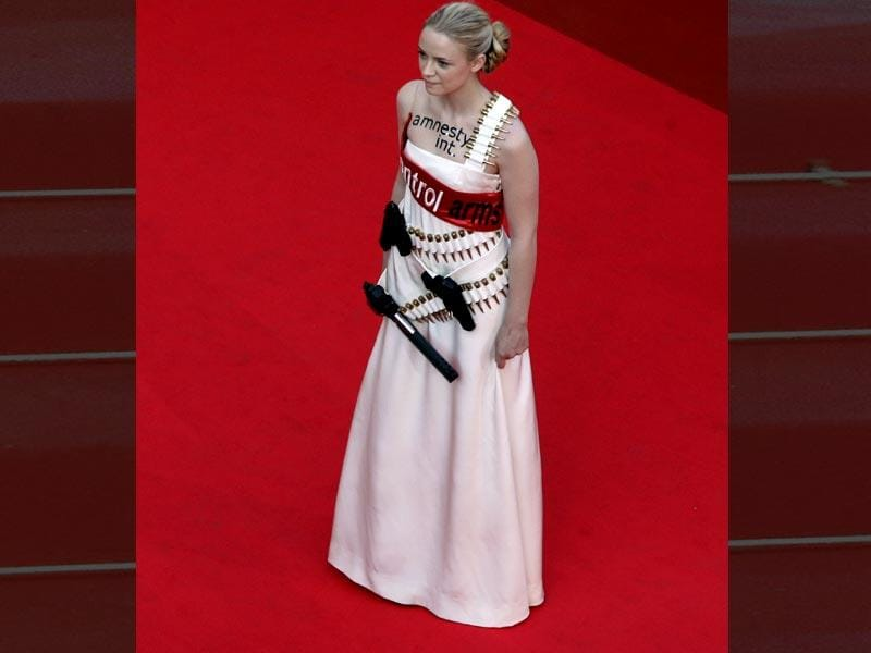 Activist artist Sara Forestier wore a white dress adorned with actual firearms back in 2007. This was her way of denouncing their proliferation and calling attention to the issue.