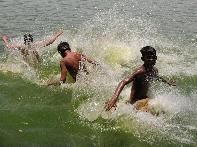 Youngsters try to beat the heat in Bhopal on Sunday. (HT photo)
