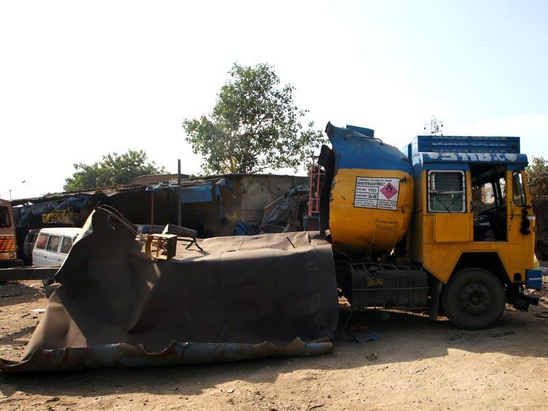 A fuel tanker exploded at Chembur because of negligence in welding work. Two persons, including a minor, were killed. (Kunal Patil/HT photo)