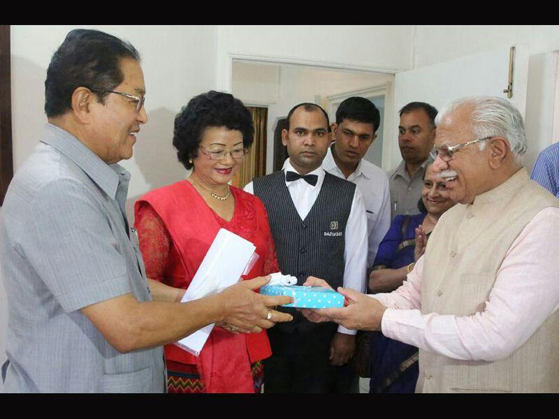 Haryana CM Manohar Lal Khattar greeting Mizoram CM Lal Thanhawla on his birthday, which was celebrated before the start of the 2nd meeting of Sub-Group of chief ministers of Swachh Bharat Mission in Chandigarh. HT Photo
