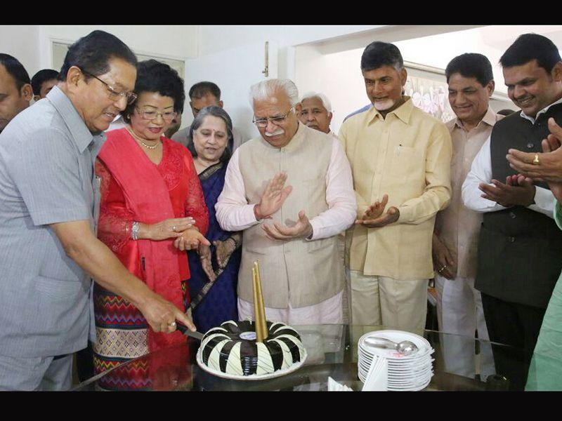 Mizoram CM Lal Thanhawla along with his wife Lal Riliani cutting the cake on his birthday before the start of the 2nd meeting of Sub-Group of chief ministers of Swachh Bharat Mission in the presence of Haryana CM Manohar Lal, Andhra Pradesh CM N. Chandrababu Naidu and Maharashtra CM Devendra Fadnavis in Chandigarh. HT Photo