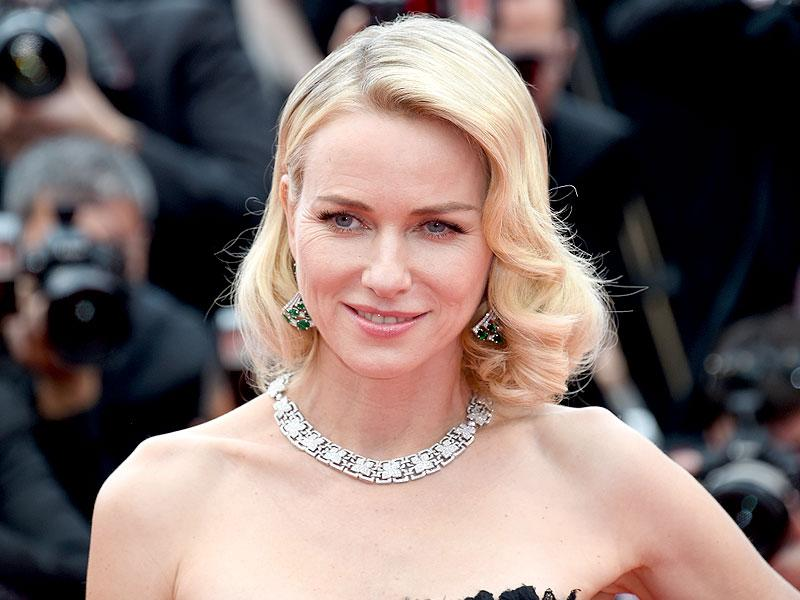 Naomi Watts sported a natural look, focusing on a flawless base with peachy cheeks and a slick of coral lipstick.
