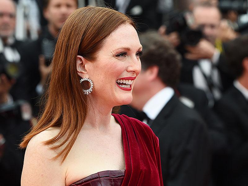 Julianne Moore let her lipstick do the talking with this classic Hollywood red shade paired with a soft smoky eye.