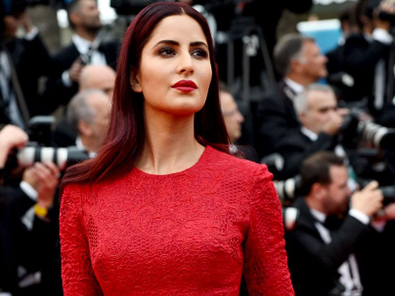 From coral lips to elaborate updos, here are some of the best beauty looks rocking the red carpet at Cannes 2015. (Photos: AFP) We love the fiery clash between actress Katrina Kaif's burgundy locks and scarlet lips and dress.