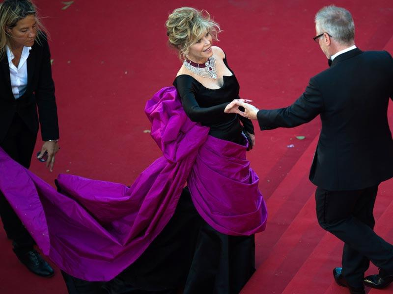 Jane Fonda is welcomed by the general delegate of the Cannes Film Festival Thierry Fremaux as she arrives for the screening of the film Youth. (AFP photo)