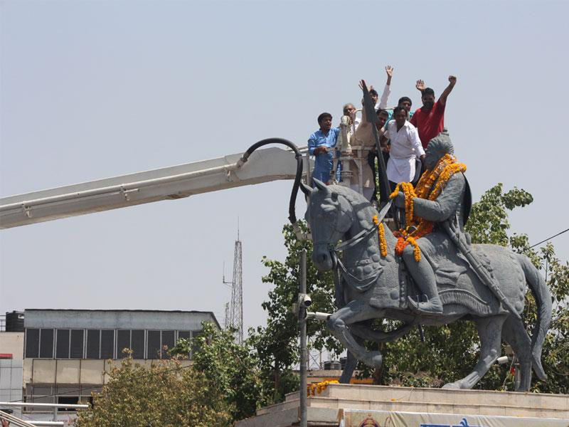 People pay tributes to Maharana Pratap on his birth anniversary, in Bhopal on Thursday. (HT photo)