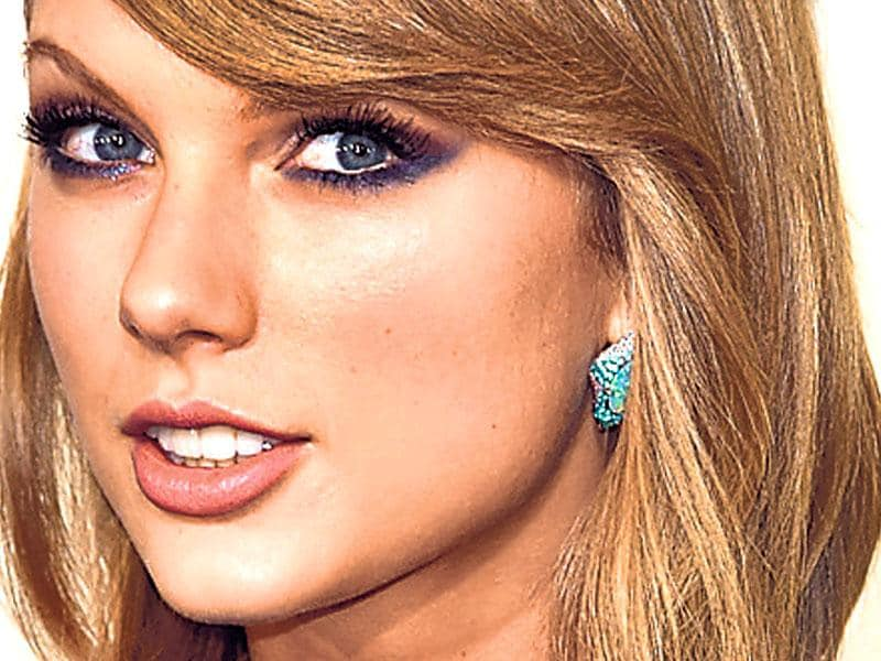 Take cue from singer Taylor Swift to rock a sparkly indigo-hued reverse cat eyeliner. Using an eye pencil or eye shadow in this hue, trace a line near the lower lashes, extending it outwards. Finish with a swipe of white kohl on your waterline and double coats of mascara.