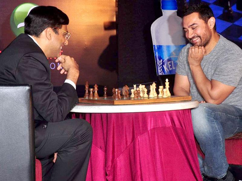 Aamir Khan and World Champion Chess player Vishwanathan Anand plays exhibition chess match together to launch of 3rdedition of Maharashtra Chess League at Hotel Novotel,Juhu in Mumbai. (IANS photo)