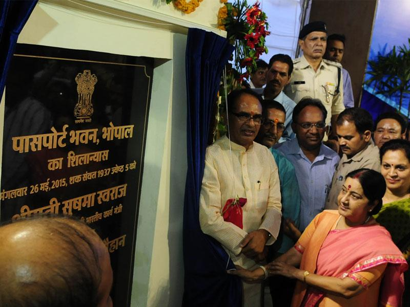 Union minister Sushma Swaraj laid foundation of Passport Office building in the presence of CM Shivraj Singh Chouhan, in Bhopal on Tuesday.(Mujeeb Faruqui/HT)