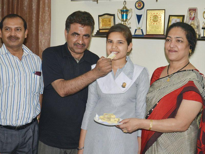 Nancy who scored 96.77% State Rank-18 in class 10th PSEB with her father Ram Prakash (2L), principal Shelly Sharma and deputy district education officer Satish Kumar (L) in Amritsar. Sameer Sehgal/HT