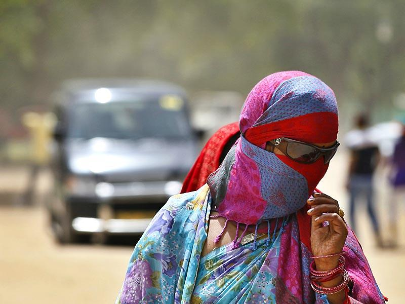 The Met department has issued 'red box' warnings with high chances of heat stroke, dehydration and fatality with temperatures inching upwards of 45°C, worsened by a constant dry, torrid wind. (Raj K Raj/HT Photo)
