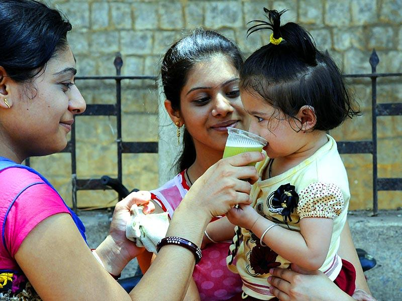 People resort to a glass of sugarcane juice or sherbet to beat the heat. (Shankar Mourya/HT Photo)