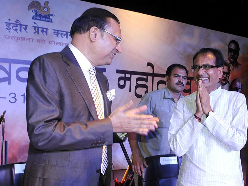 CM Shivraj Singh Chouhan greets TV Journalist Rajat Sharma during a programme organised by Indore Press Club, in Indore on Saturday. (Arun Mondhe/ HT)