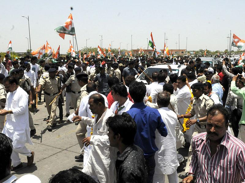 Congress workers jostle with each other to welcome party vice-president Rahul Gandhi at the airport in Indore on Tuesday. (Shankar Mourya/HT photo)