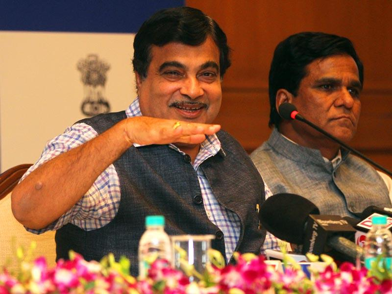 Union minister Nitin Gadkari addresses a press conference on the completion of one year of the NDA govt at Sahyadri guest house, in Mumbai.(Arijit Sen/HT photo)