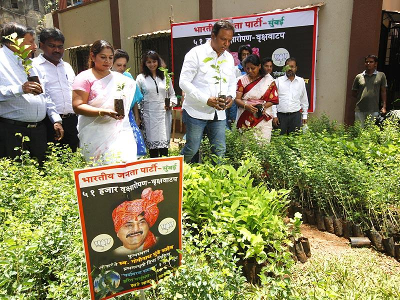 Mumbai BJP president Ashish Shelar has announced a programme to plant 51,000 saplings in the city as a tribute to Gopinath Munde on the latter's first death anniversary at Matunga. (Vijayanand Gupta/HT photo)