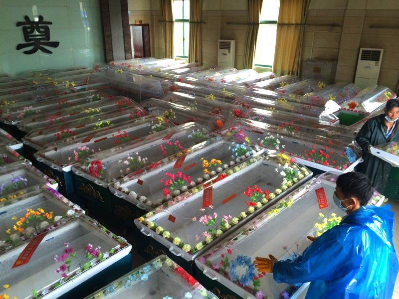 Staff in Jianli funeral parlor prepare ice coffins for victims who were travelling on the capsized passenger ship Dongfangzhixing or