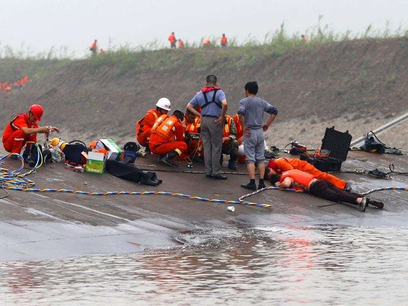 Rescuers listen for reactions from inside a sunken ship as they search for survivors at the Jianli section of the Yangtze River (Reuters Photo)