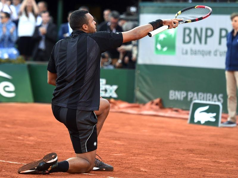 France's Jo-Wilfried Tsonga salutes the crowd after winning his match against Japan's Kei Nishikori during the men's quarter-finals of the 2015 French Open in Paris, France. (AFP Photo)