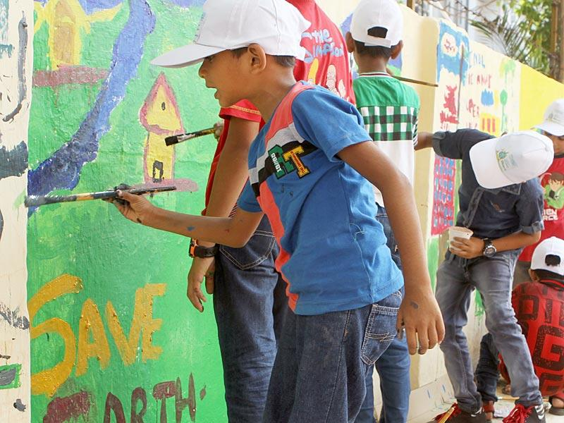 Children paint the walls of Mumbai on the eve of World Environment Day. (Arijit Sen/HT photo)