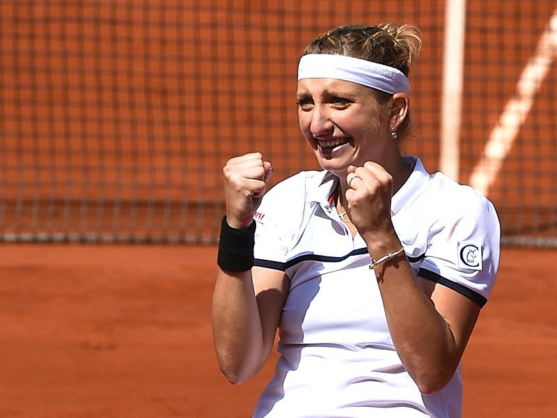Switzerland's Timea Bacsinszky can't hold back the tears after winning her match against Belgium's Alison Van Uytvanck during the women's quarter-finals of the 2015 French Open in Paris, France. (AFP Photo)