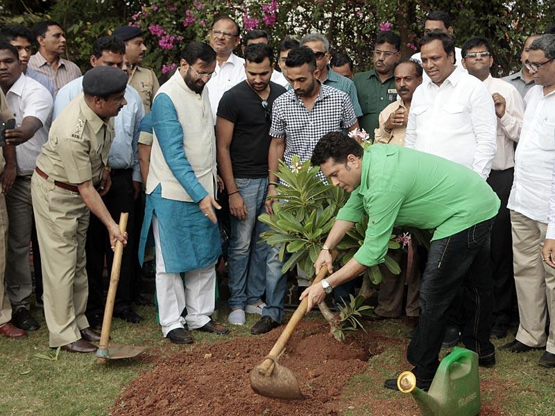 Cricket legend Sachin Tendulkar alongwith Rohit Sharma, Ajinkya Rahane and Prakash Jawdekar at a tree plantation event at MCA on the occasion of World Environment Day, in Mumbai.(Pratham Gokhale/HT photo)