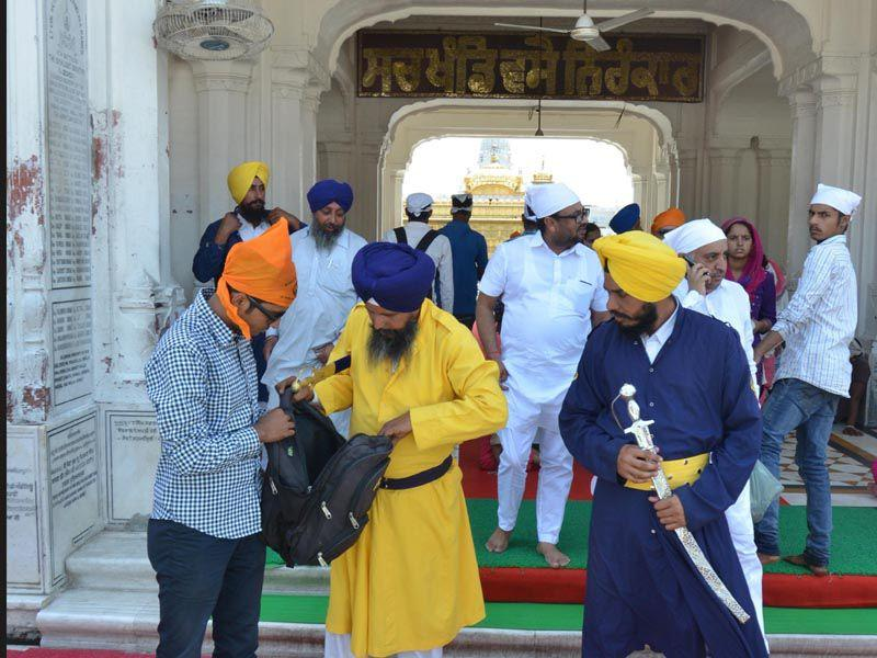 SGPC sewadar armed with checking devotee's bag at main entrance of Golden Temple on the eve of Operation Bluestar anniversary in Amritsar. Sameer Sehgal/HT