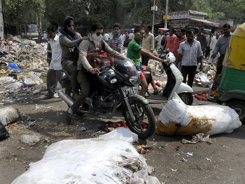 Municipal Corporation of East Delhi (EMCD) workers (Safai karmchera) dumped garbage on the main road at Jheel Chowk, East Delhi causing traffic jam as they protest against the government. (Sonu Mehta/HT Photo)