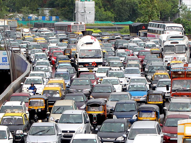 Western Express Highway experienced heavy traffic jam as rains lashed Mumbai. (Satish Bate/HT photo)