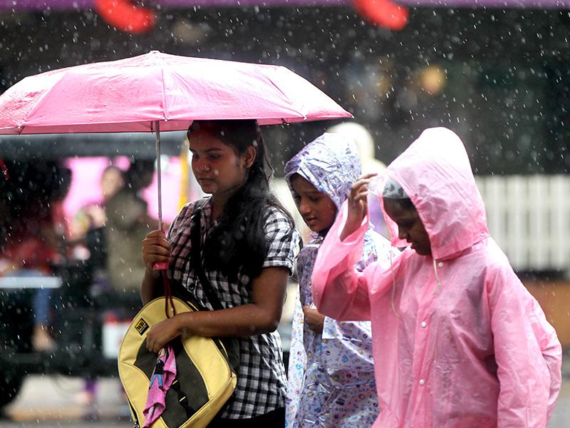 Rains have arrived in Mumbai, and the Mumbaiites are geared up with the monsoon paraphernalia- rain coats and umbrellas. (Satish Bate/HT photo)