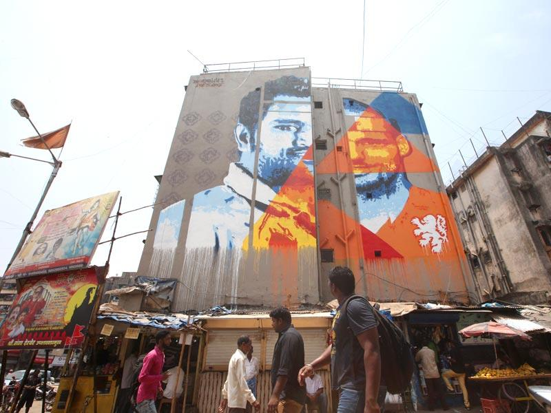 A graffiti wall art of Team India captain MS Dhoni and Dutch footballer Wesley Sneijder at Dharavi in Mumbai. (Kunal Patil/HT photo)