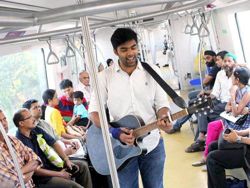 Celebrating one year of Mumbai Metro: An artist performs inside the Metro train. (Arijit Sen/HT photo)
