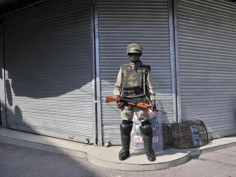 A Paramilitary soldier stand guard outside a closed market area during a strike in Srinagar. Waseem Andrabi/ HT