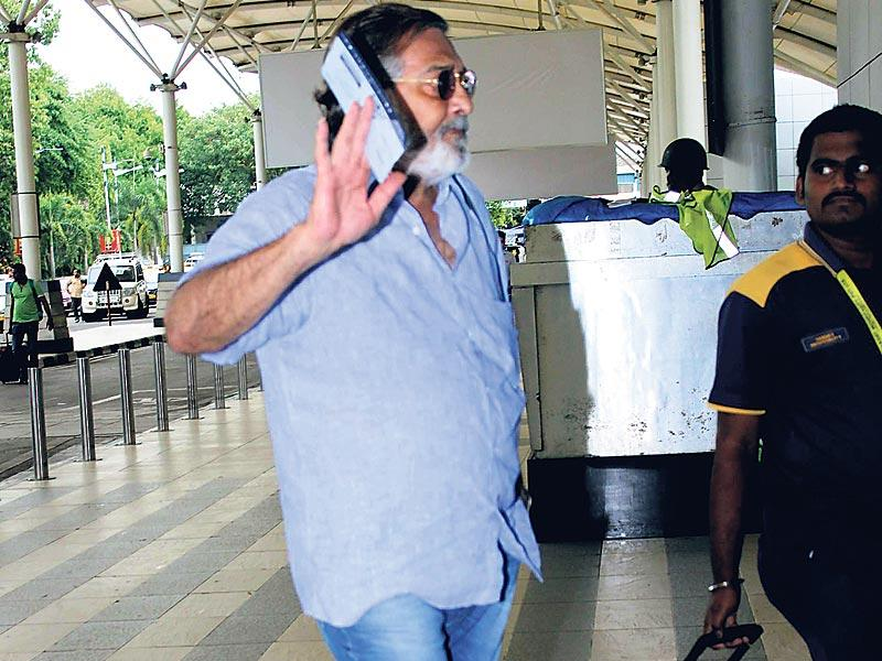 Vinod Khanna doesn't want to be photographed. (Photos: Viral Bhayani, Yogen Shah)