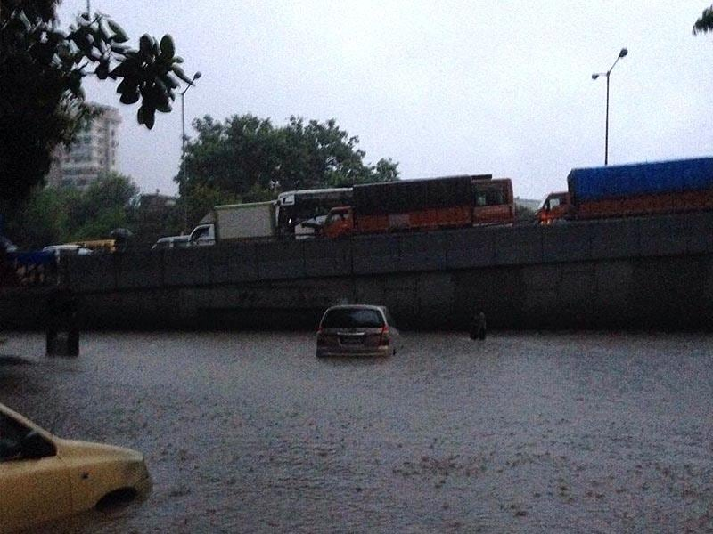The rains in Mumbai have flooded the roads leaving vehicles stuck (HT Photo)