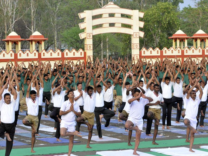 With the International Day of Yoga round-the-corner, Army personnel of the 3 EME Centre perform Yoga at military ground in Bhopal on Saturday. (HT photo)