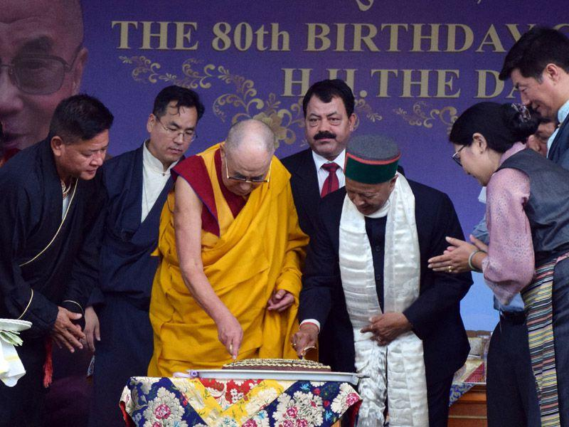 Tibetan spiritual leader the Dalai Lama and state CM Virbhadra Singh together cutting the cake to celebrate Dalai Lama's 80th birthday at Tsuglagkhang temple in Mcleodganj on Monday, 22 June 2015. Shyam Sharma/HT