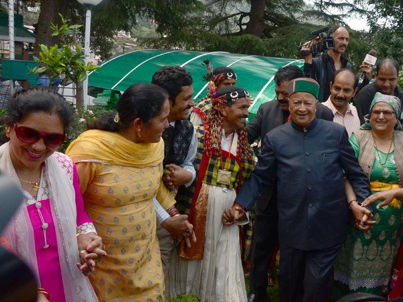 CM Virbhadra Singh dancing with people on his 81st birthday at his residence in Shimla. Santosh Rawat/HT