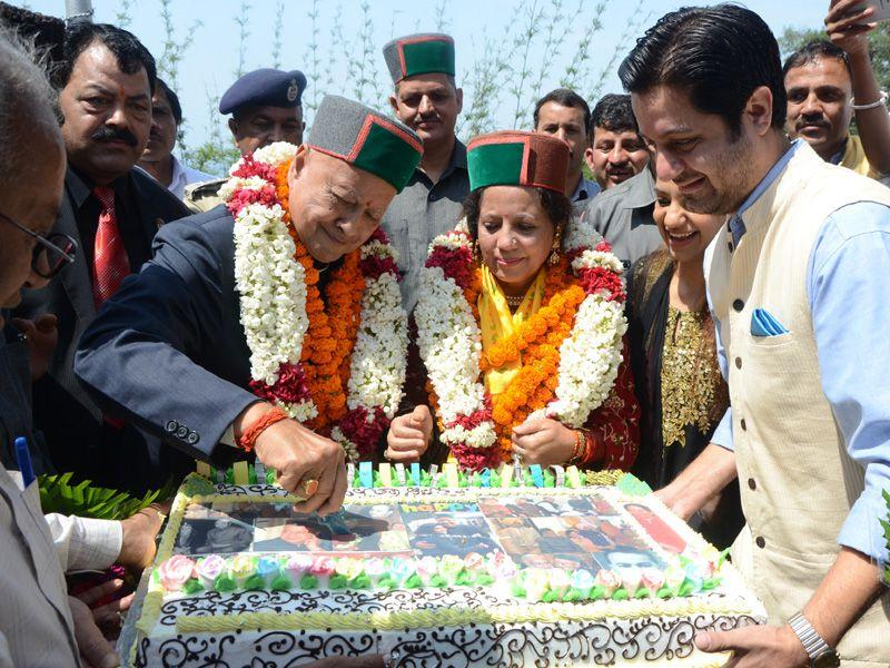 Chief minister Virbhadra Singh cutting cake along with his wife Pratibha Singh during his 81st birthday celebrations in Shimla on Tuesday. Santosh Rawat/HT