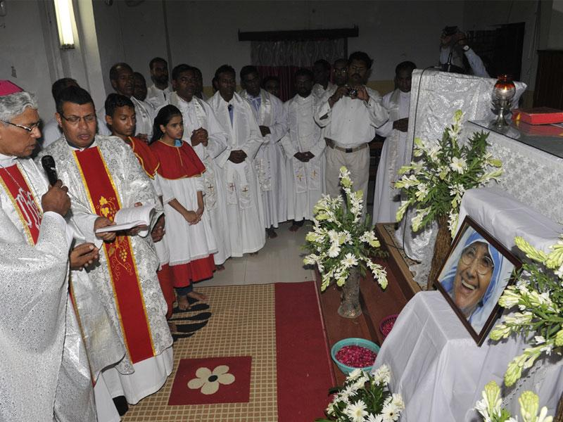 Archbishop of Bhopal, Leo Cornelio, took part in the holy mass of Sr Nirmala at St Francis Church in Bhopal and expressed his condolences. (Praveen Bajpai/HT)