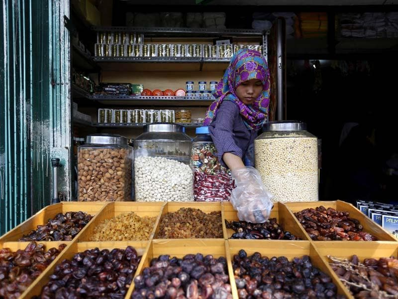 A shopkeeper prepares dates, a popular fruit for breaking the fast in Jakarta, Indonesia. (REUTERS Photo)