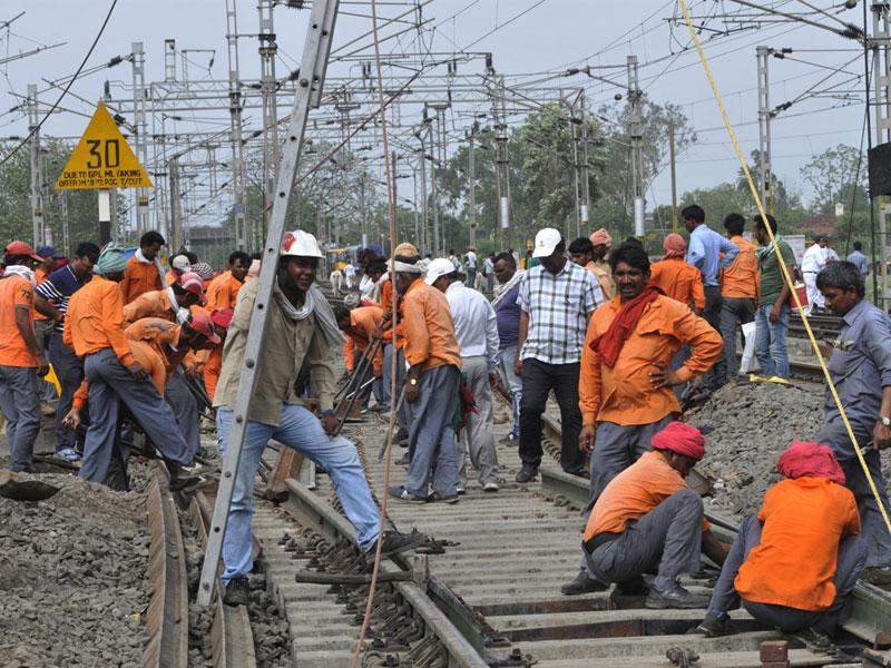 Railway workers setting up a track for manual operation of trains at Itarsi railway station on Friday. (Praveen Bajpai/HT)