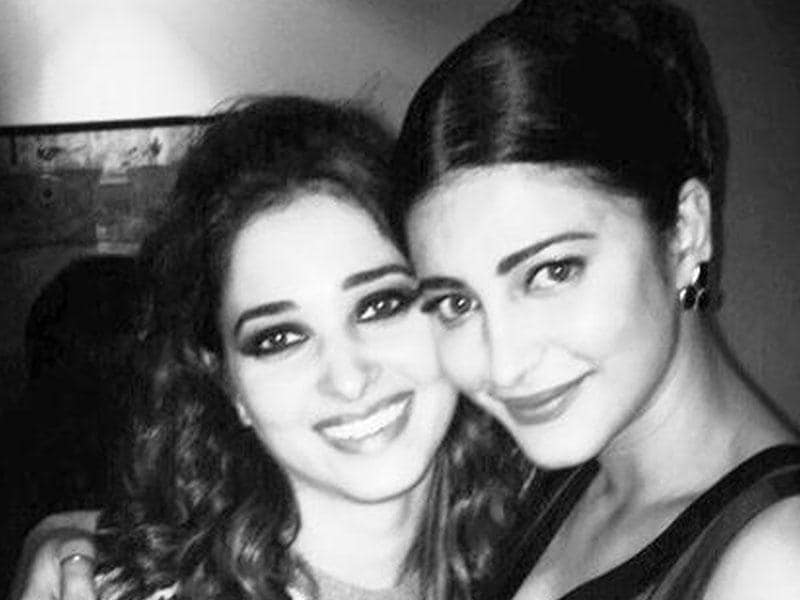 Forget cat fights, here's a classic example of some serious girl bonding. Shruti Haasan shares a picture with Tamannaah Bhatia. (Shrutihaasan/Twitter)