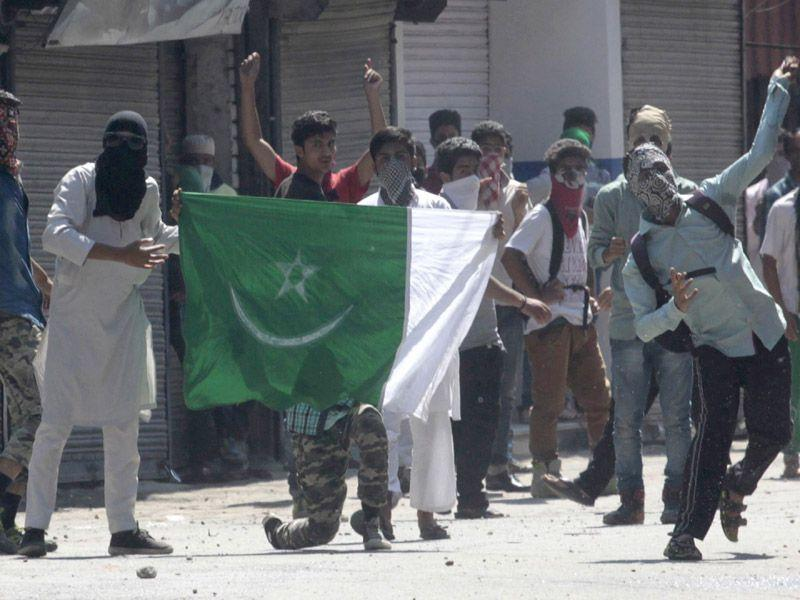 Kashmiri protesters displaying the flag of Pakistan flag during a protest after offering Friday prayers during the Islamic holy month of Ramadan in Srinagar Waseem Andrabi/HT