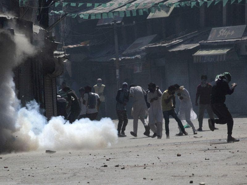 In Srinagar's old city, unlike the last Friday when police allegedly fired smoke shells inside the mosque, the deployment was made a little away from the entrance gates. Waseem Andrabi/HT
