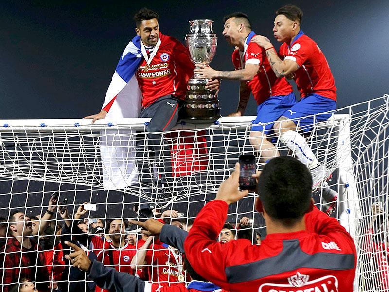 Chile celebrates with the trophy on the goal after defeating Argentina to win the Copa America 2015 final. (Reuters photo)
