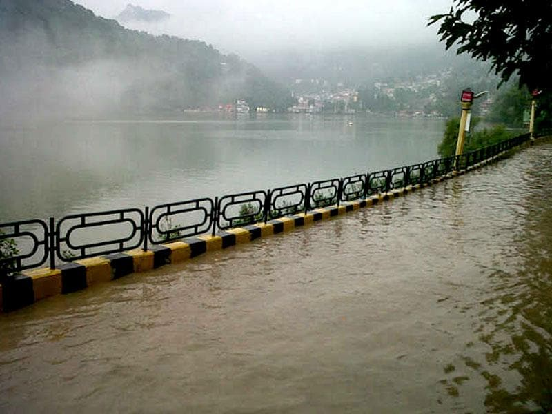 Lower Mall Road in Dehradun was overflowing with water after a sudden burst of heavy rain in the region. (HT Photo)