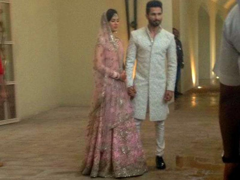 Shahid Kapoor, Mira Rajput pose for the shutterbugs outside their wedding venue. (Photo: Anjuri Nayar Singh/HT)