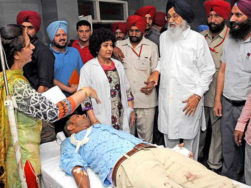 Punjab CM Parkash Singh Badal visiting the injured in the Gurdaspur operation at Amritsar medical college. Following the attack, Badal called off his meeting with Pakistani envoy Abdul Basit. (HT Photo)