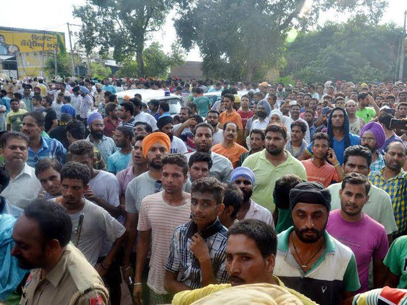 People outside the Dinanagar police after operation ended in Gurdaspur. Sameer Sehgal/HT